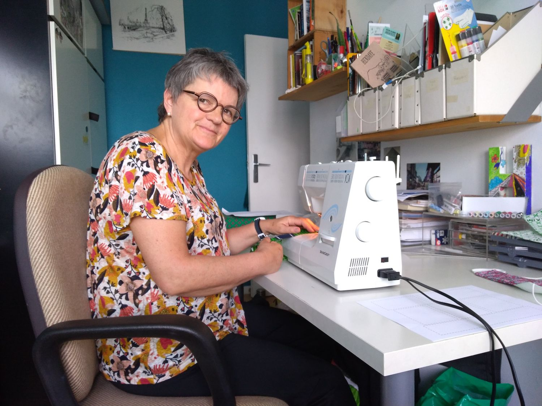 Isabelle et sa machine à coudre.