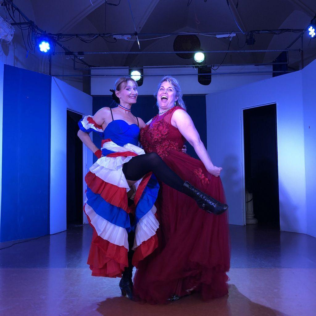 Compagnie Montmartre Live Show French can can et airs lyriques Chrystelle Dubessye danseuse et Veronica Antonelli artiste soliste lyrique des Monuments Enchantés
