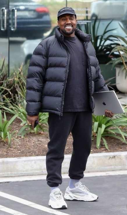 Kanye West plein sourire, conforté par le fait qu'il brisera la concurrence avec sa nouvelle collection