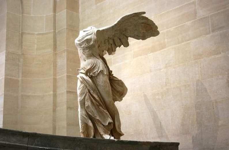 Statue de la déesse grecque Niké, dont l'aile a fortement inspiré l'apparition de l'incontournable virgule