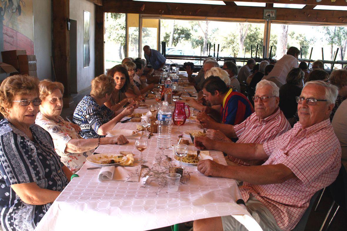 Aline Cousson, à gauche sur la photo, lors d'un repas des aînés à la manade Rambier en septembre 2013, face à elle Jean-Jacques son époux (photo archives E.M.)