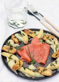 Salade printanière aux asperges, pommes de terre et saumon fumé Labeyrie, vinaigrette aux câpres
