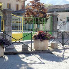 Barrême  : La sortie de l'école: sécurité renforcée, et fleurie...