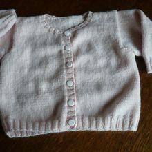 un petit gilet - cardigan pour bébé fille 3 - 6 mois en laine Fonty BB Mérinos modèle Editions Marie Claire
