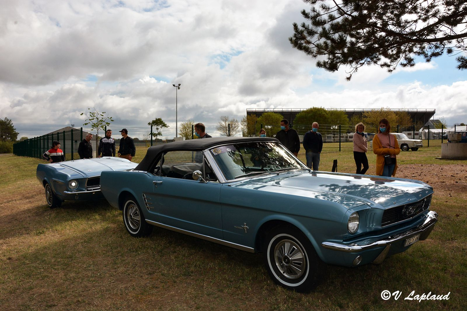 Ford Mustang Cabriolet 1966 et sa remorque, Classic Days 2020, Magny-Cours.
