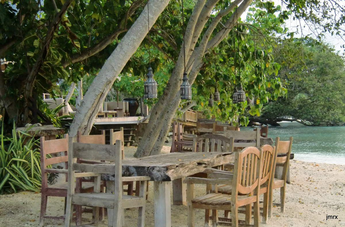 Trous bleus et hôtel sur la plage à Santo.