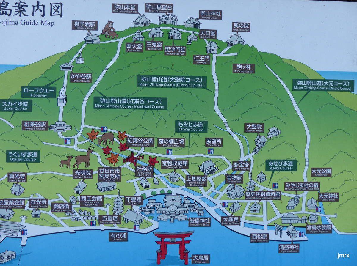 Spectacle habituel en Mer Intérieure: usines gigantesques et sites classés se côtoient. Et puis le réseau électrique (ici à Miya Jima) mérite une petite rénovation. Au Japon: 100 volts partout mais 60 hz au Sud d'Osaka et 50 Hz au Nord. Très pratique!