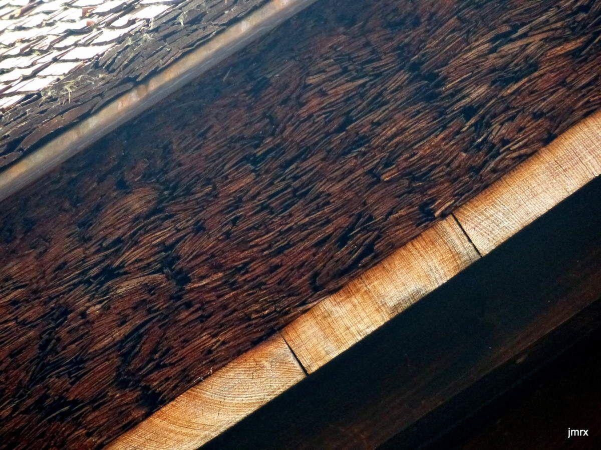 Omishima. Détails de toitures. Sanctuaires Shinto, bois ou cuivre: du grand art! Même les plaque d'égout sont décorées dans tout le Japon!