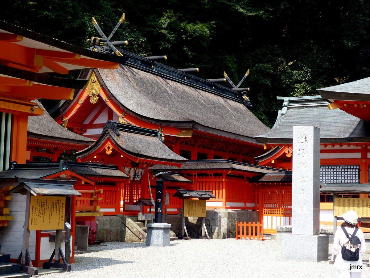 Sanctuaire Shinto et Temple Bouddhiste cohabitent. Natchi-no-taki: pagode et cascade sacrées.