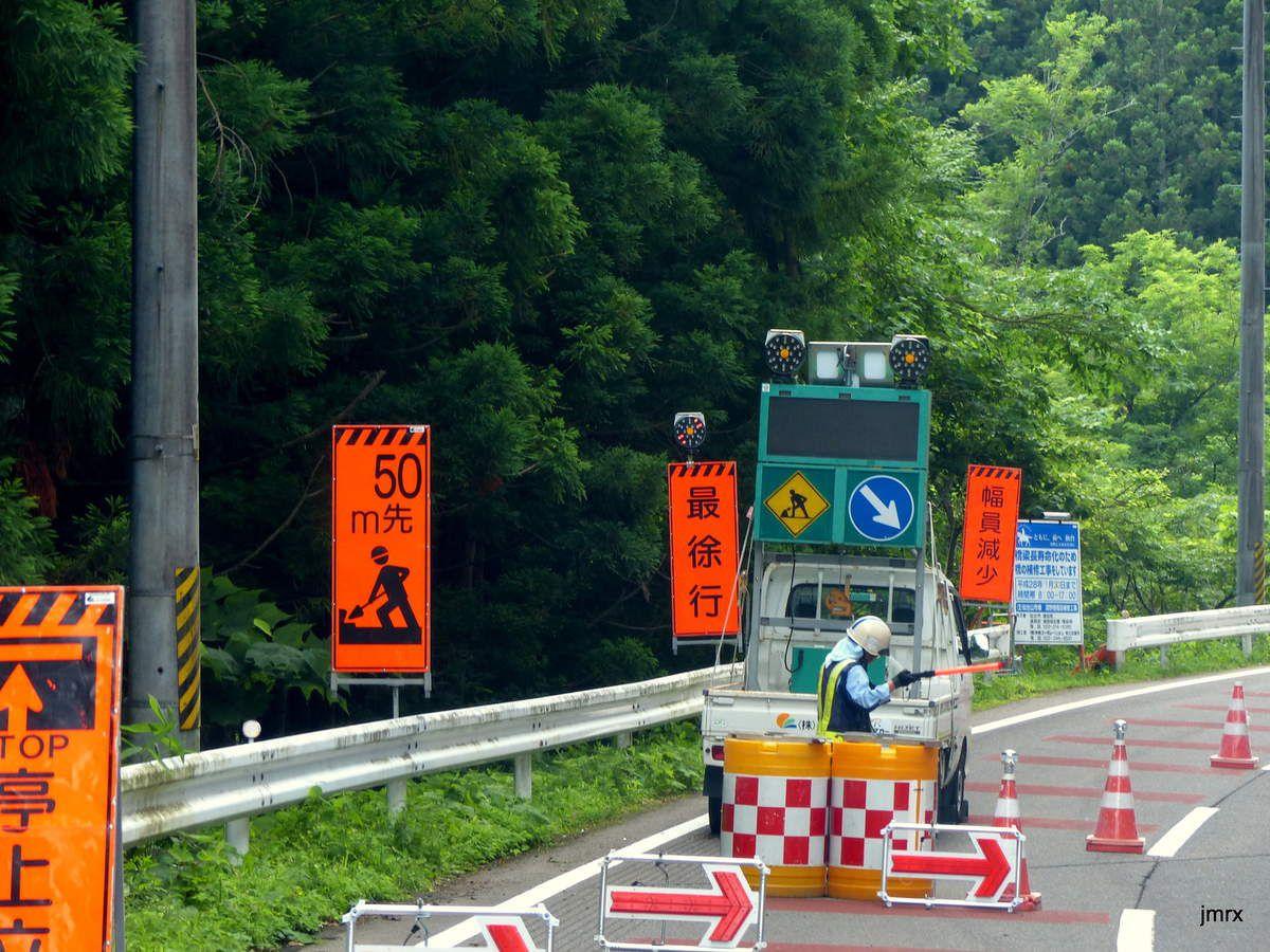 """Sur la route de Sendaï. Brocanteur à """"tout à 10 Yens""""."""