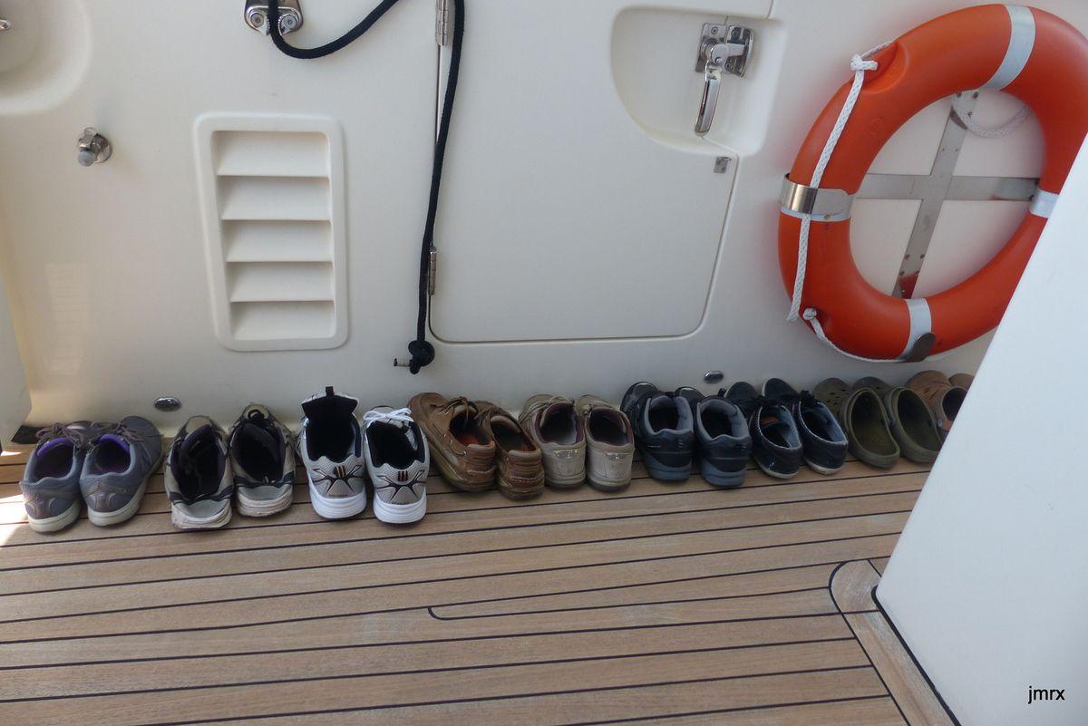 Fête à Tannowa pour le départ. Le Harbour Master nous salue depuis sa maison flottante. La pollution des bateaux de pêche.