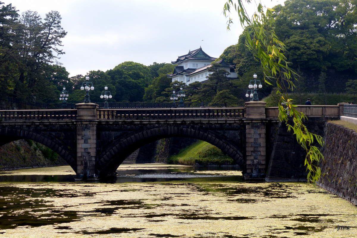 Images de Tokyo, le célèbre carrefour central, la tour, les immeubles modernes et le Palais Impérial, le marché aux poissons et ses boutiques .
