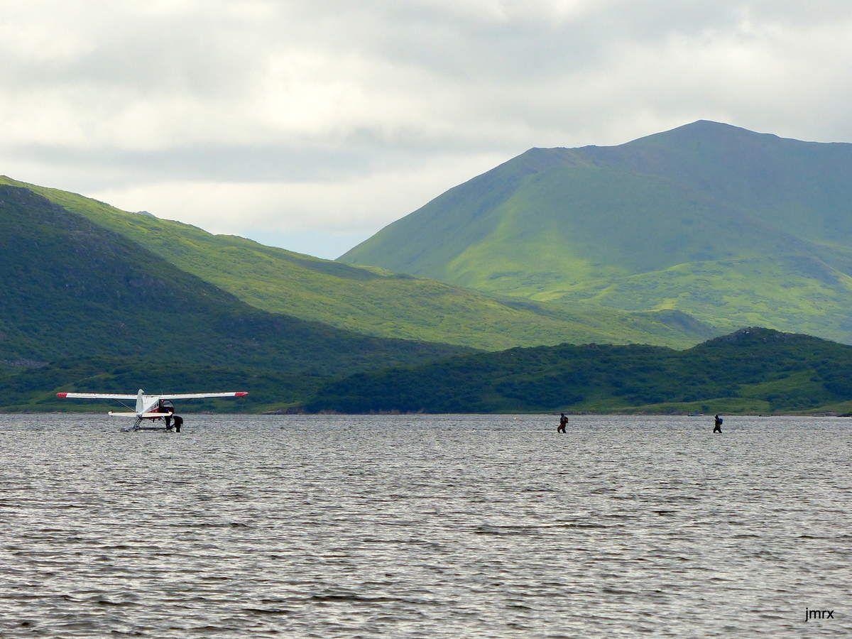 Image étonnante de passagers embarquant les pieds dans l'eau! C'est en Alaska et nulle part ailleurs!