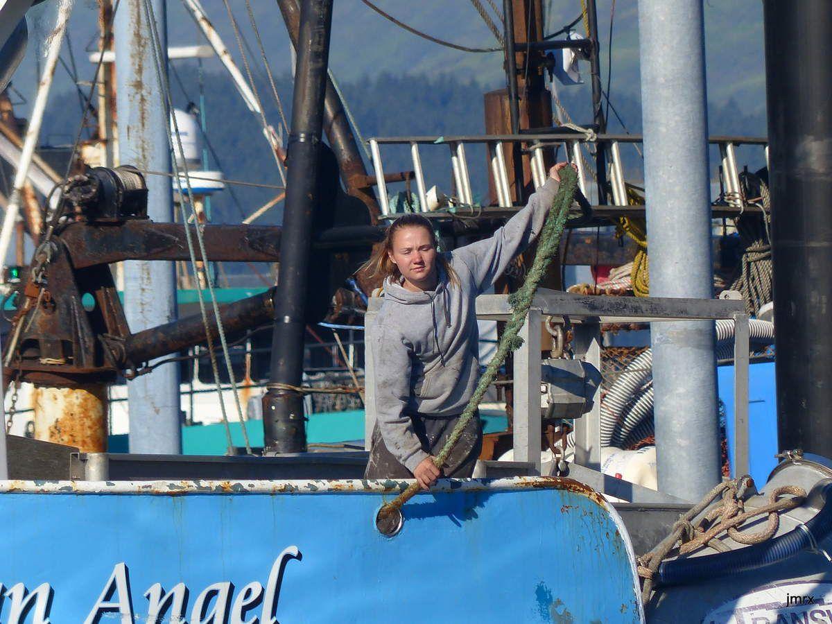 La pêche à Kodiak est souvent familiale et on trouve beaucoup de femmes à bord des bateaux de pêche. La mode se retrouve même dans la botte Xtratuf (obligatoire sur les catways!)