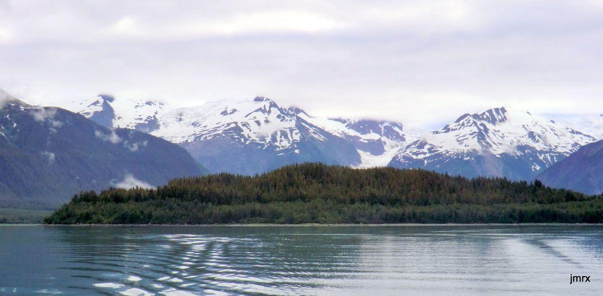 Le mécanisme du tsunami. Trace laissée par la vague sur la végétation aujourd'hui. La faille de Fairweather passe au milieu des deux glaciers.