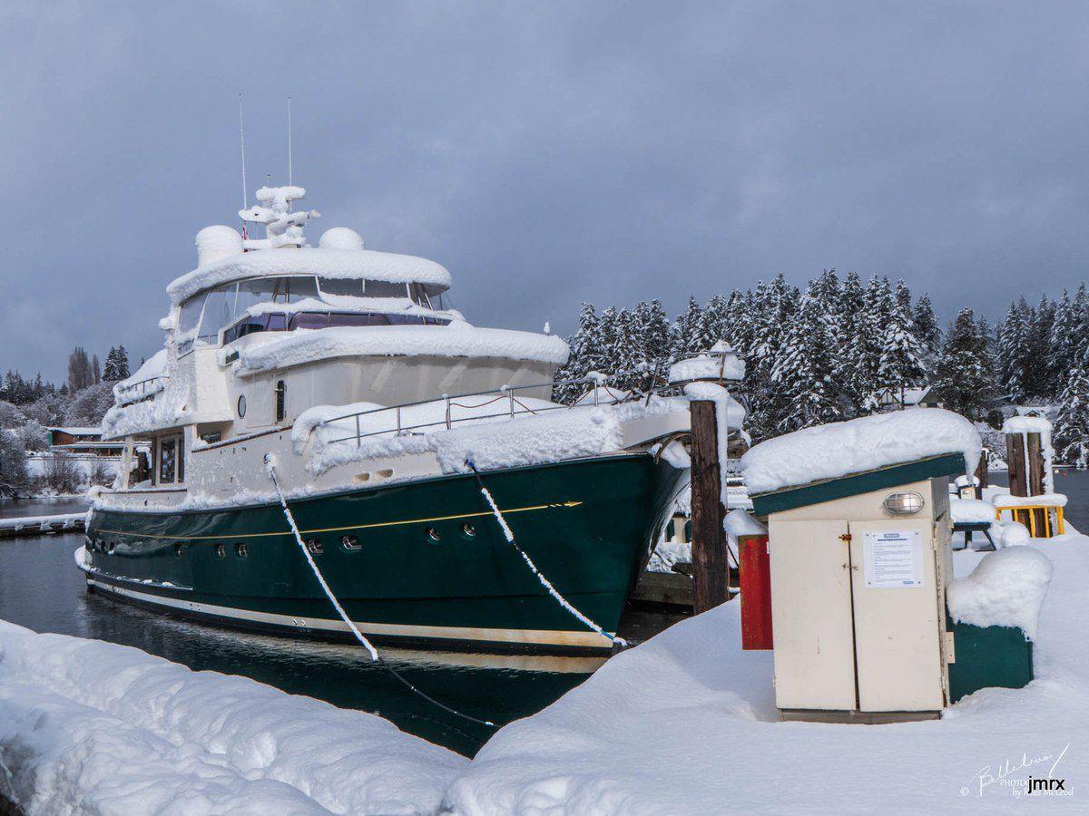 Jade est amarrée au ponton de Ganges Marina , Île de Salt Spring (British Columbia) Sous le soleil d'automne puis sous la neige hivernale.