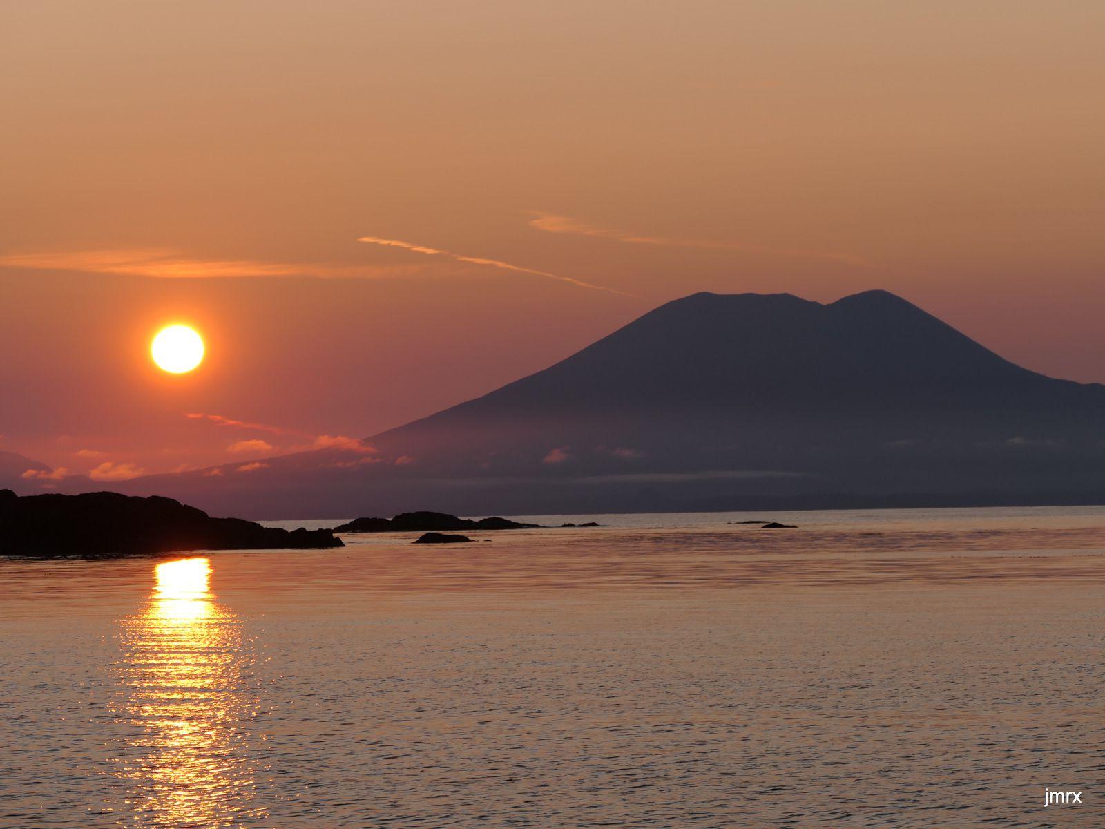 Le Mont Edgecumbe domine le Baie de Sika
