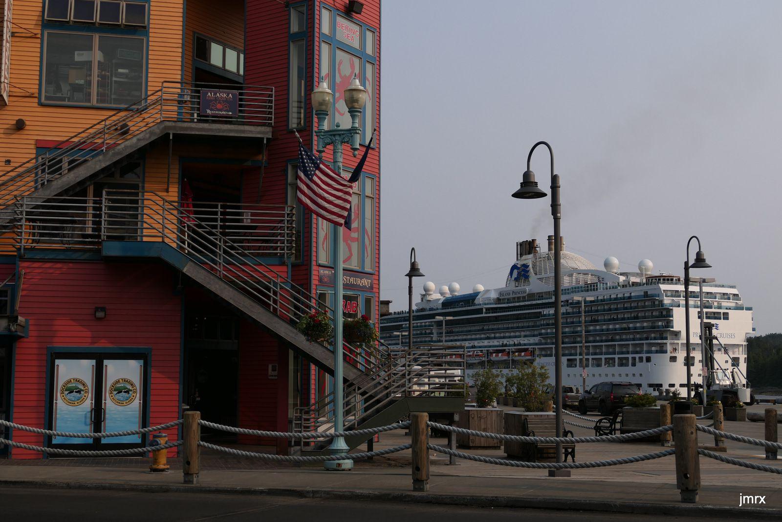 Ketchikan. Porte d'accès à l'Alaska. Aéroport international. Nous accueillons Michel.Noria de paquebots gigantesques. Le soir plus de touristes: on se retrouve au Surdough Bar.