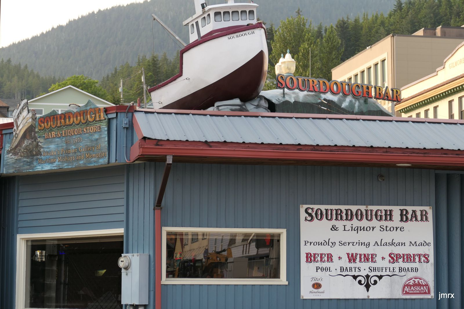 Ketchikan. Porte d'accès à l'Alaska. Aéroport international. Nous accueillons Michel.Noria de paquebots gigantesques. Le soir plus de touristes: on se retrouve au Surdough Bar.