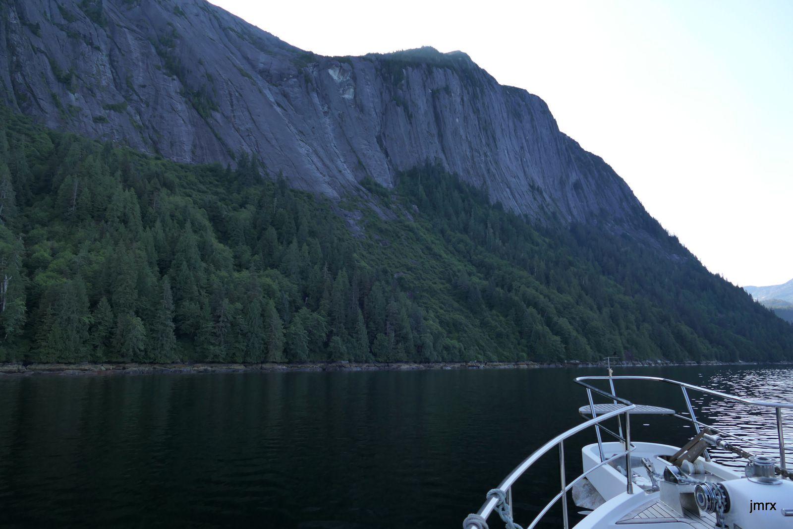 A l'entrée des Misty Fjords Eddystone Rock, une aiguille remarquable. Les falaises et les dômes de granit se succèdent.