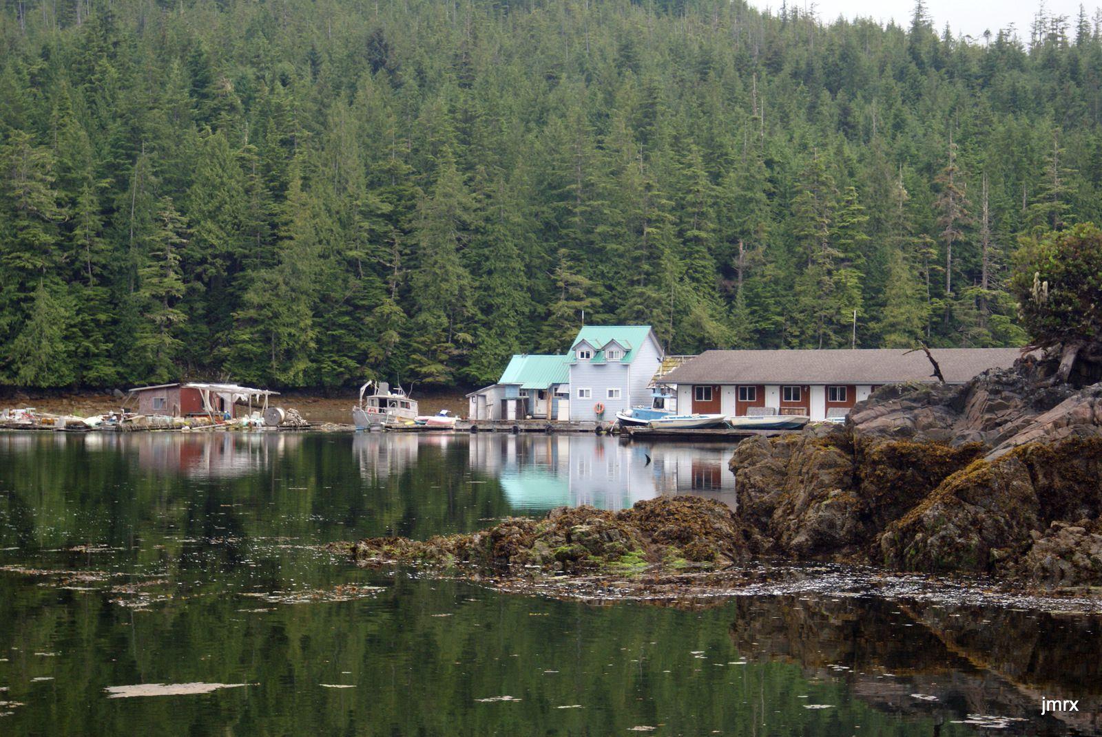 Entrée pas simple mais découverte étonnante. Le remorqueur et sa remorque: un hôtel flottant !