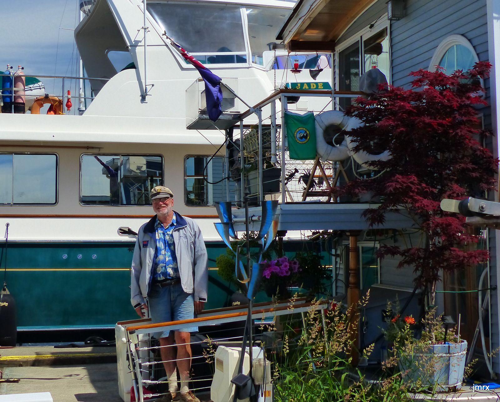 Nos charmants voisins de ponton. Pavillon Kiwi à la proue.