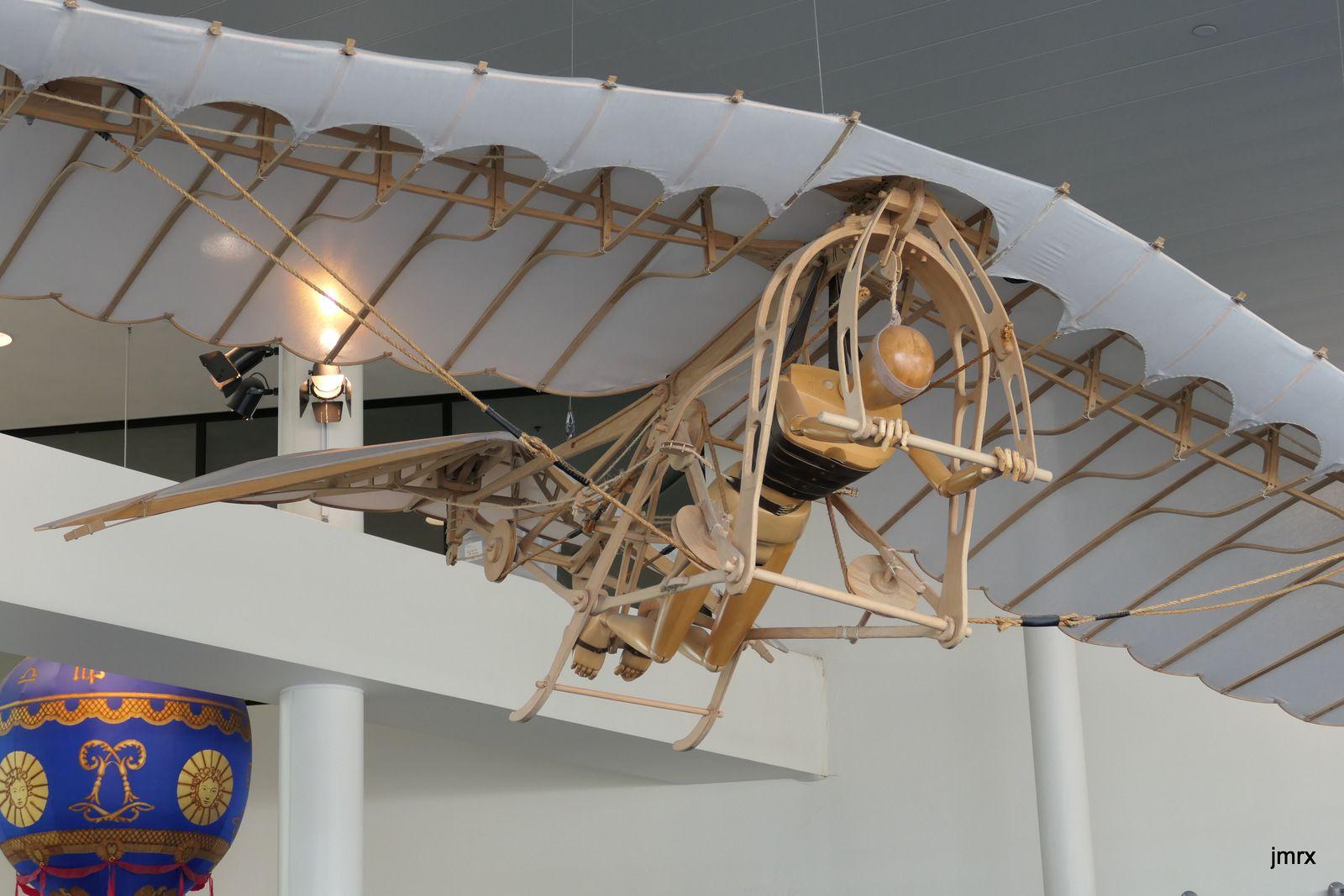 Un des monstrueux moteur de la fusée Saturn V. Le module de commande des missions Apollo pèse 6 tonnes alors que la fusée en fait 3000. C'est tout ce qui revenait sur terre soit 0.2% du poids total au décollage!