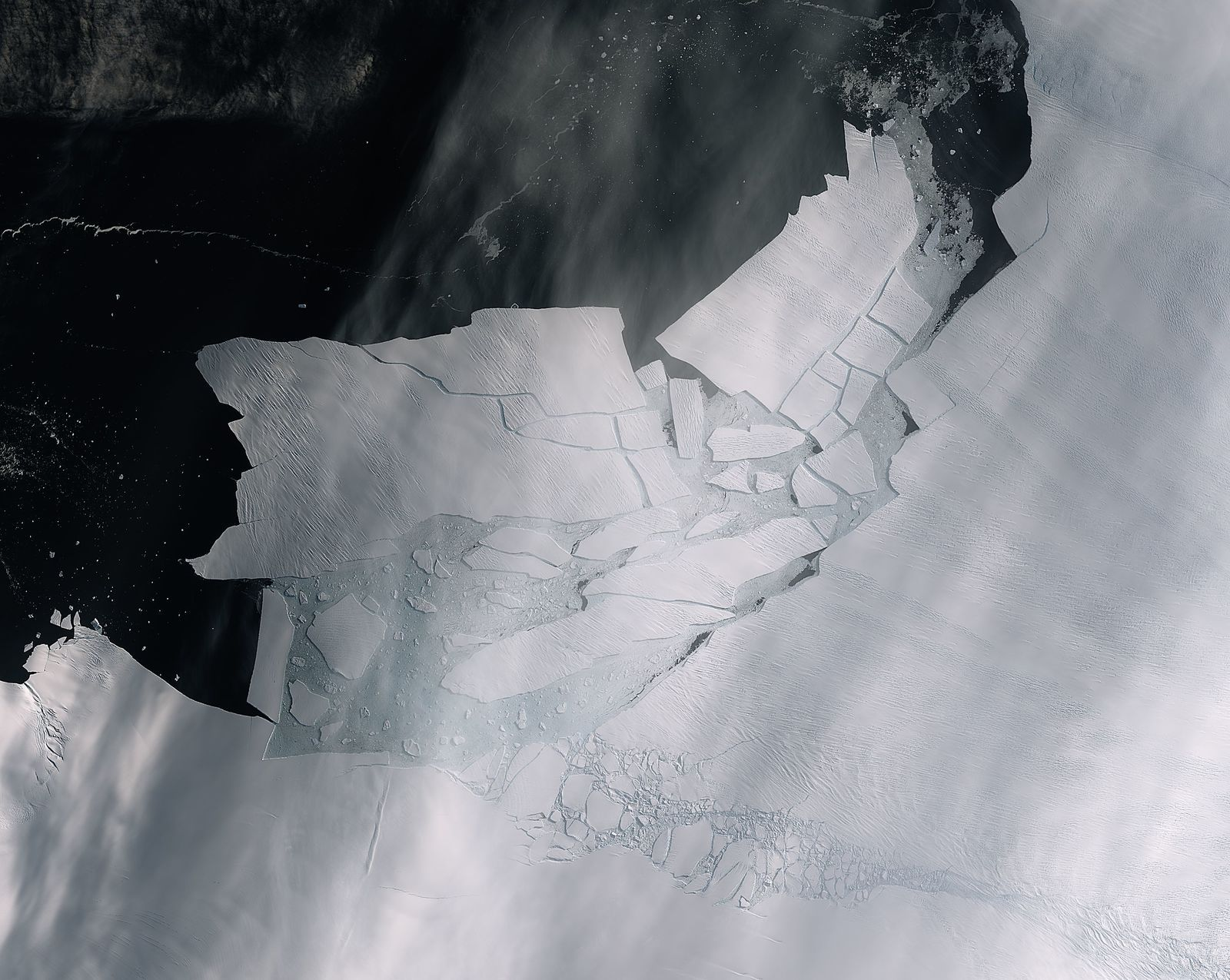 Iceberg shattered (contains modified Copernicus Sentinel data (2020), processed by ESA, CC BY-SA 3.0 IGO)