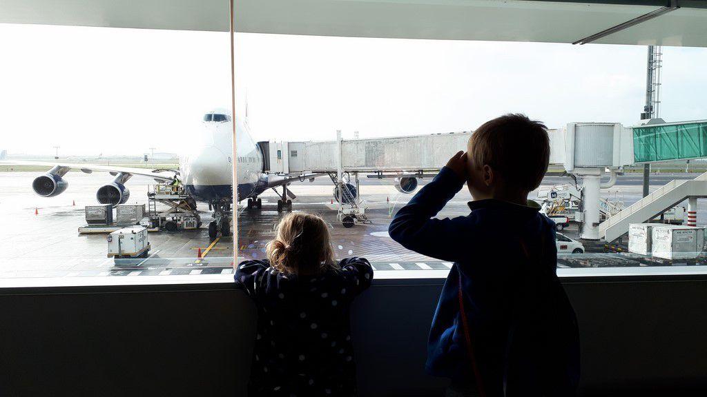 """Damien: """" Mais pourquoi les hublots sont-ils si petits dans les avions ?"""""""