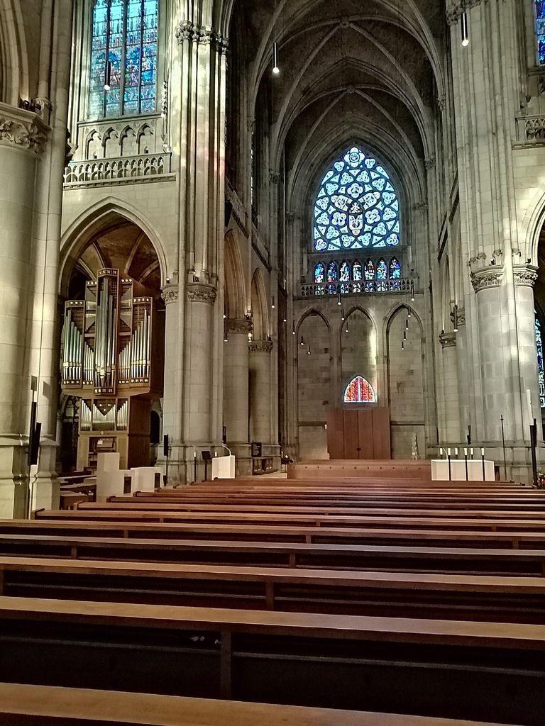 Cathédrale de Linz, la place, l'intérieur de 2 église s, puis paysage, puis qui fait cela ?
