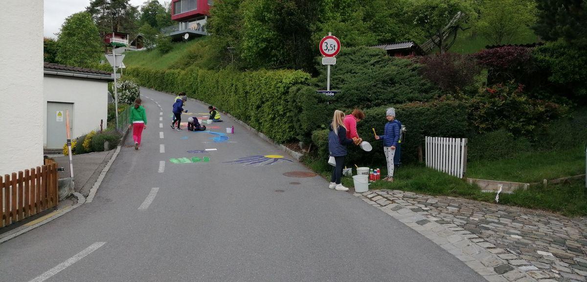 Dans Ludesch, la route est barrée, les enfants de l'école s'exprime le thème c'est la mer