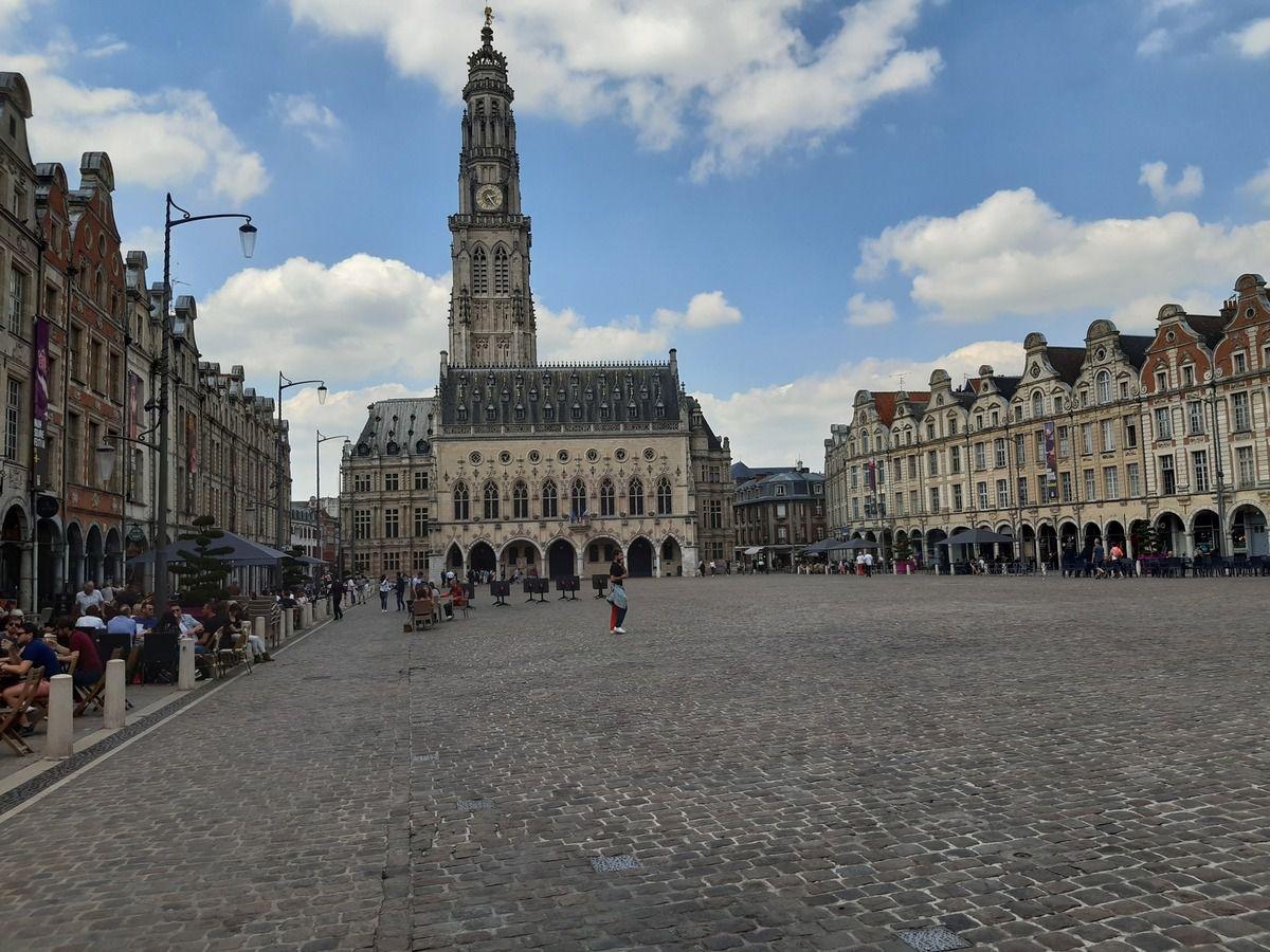 Place du Beffroi,et le Beffroi d'Arras