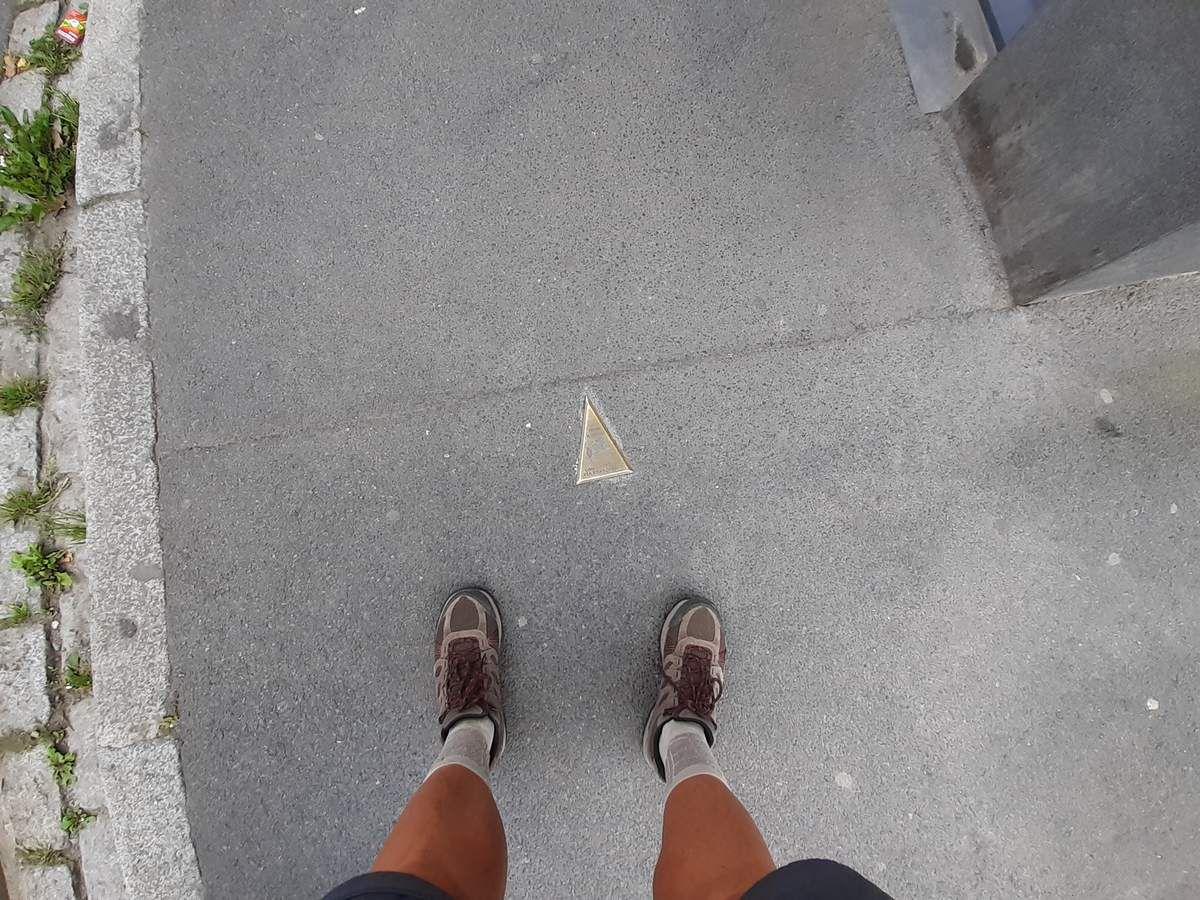 Mes pieds,et indication de direction fixé au sol