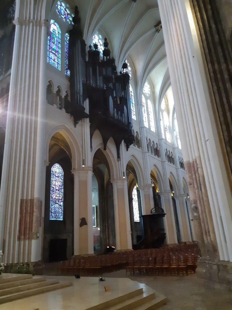 L'intérieur ,en rénovation  voyez entre la pierre foncé  et  celle qui est presque blanche