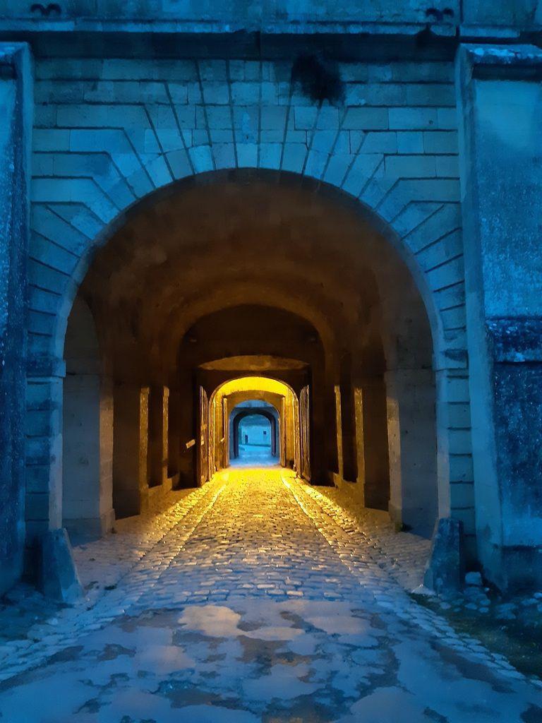 Départ  ce matin ,passage de la porte de la citadelle,le camping est à  l'intérieur