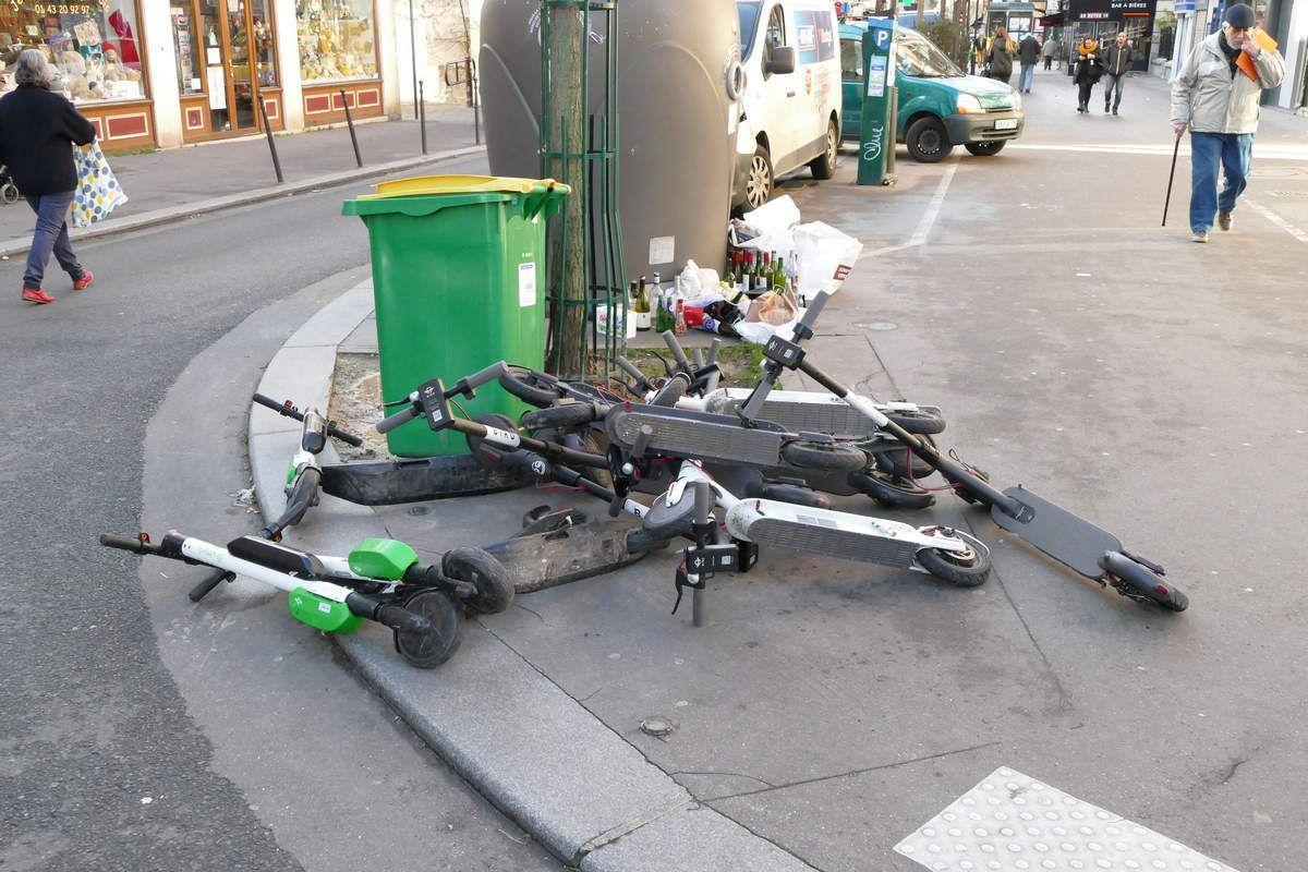 Des trottinettes électriques à la poubelle
