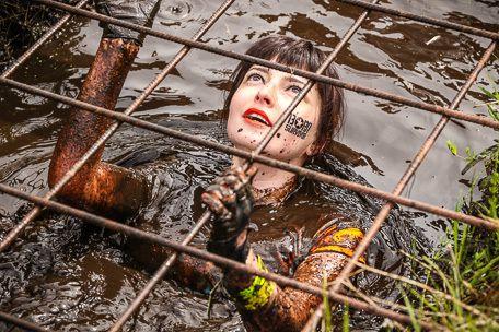 Une femme s'enfonce dans la boue