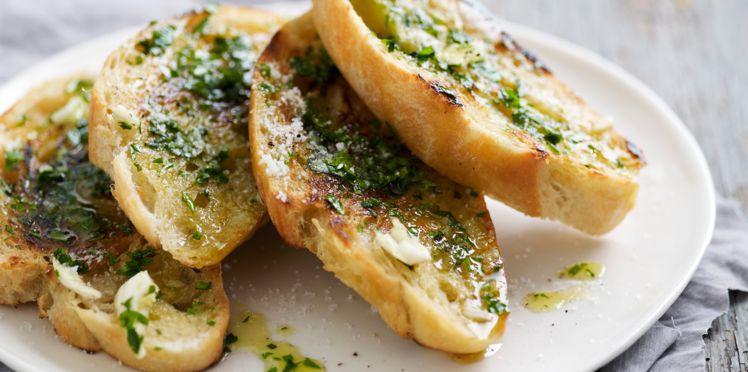 On commence par le petit-déjeuner avec cette recette: Le soir, hacher 2 gousses avec quelques branches de persil et ajouter quelques gouttes d'huile d'olive. Le lendemain matin, en faire une tartine pour le petit déjeuner. De quoi vous mettre en forme pour la journée!
