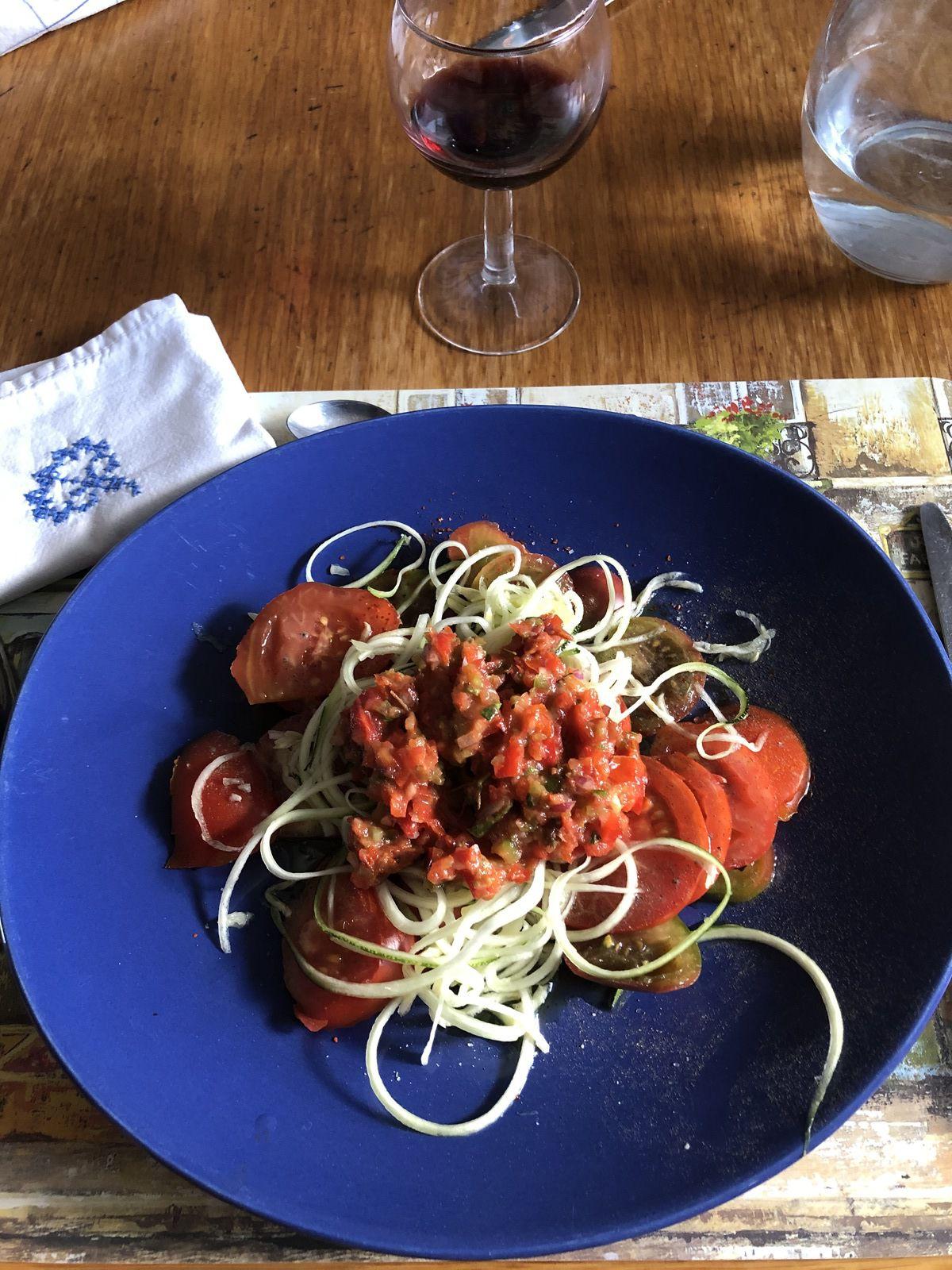 Tomates du jardin et courgette récoltées juste avant la transformation. Recouvertes d'une sauce napolitaine: Tomates fraîches et séchées, poivrons, huile d'olive, sirop d'agave, origan, basilic, oignon rouge, ail frais. Sel, poivre et piment de Cayenne.