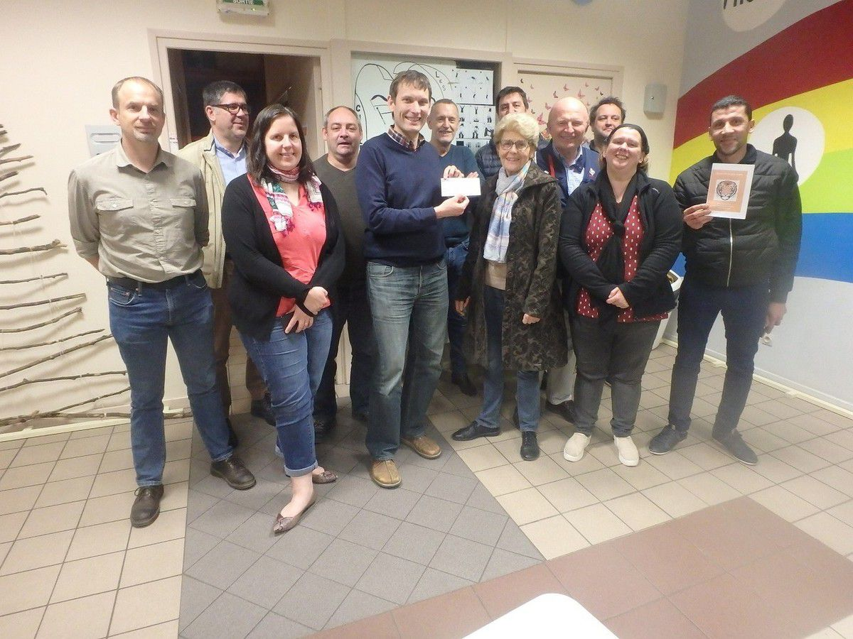 Les dirigeants du club avec Jeannine du GACT qui remet un chèque au trésorier du club Mathieu Ast.