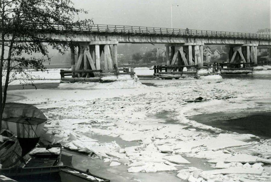 1956, image prise de la Seine gelée en aval du pont