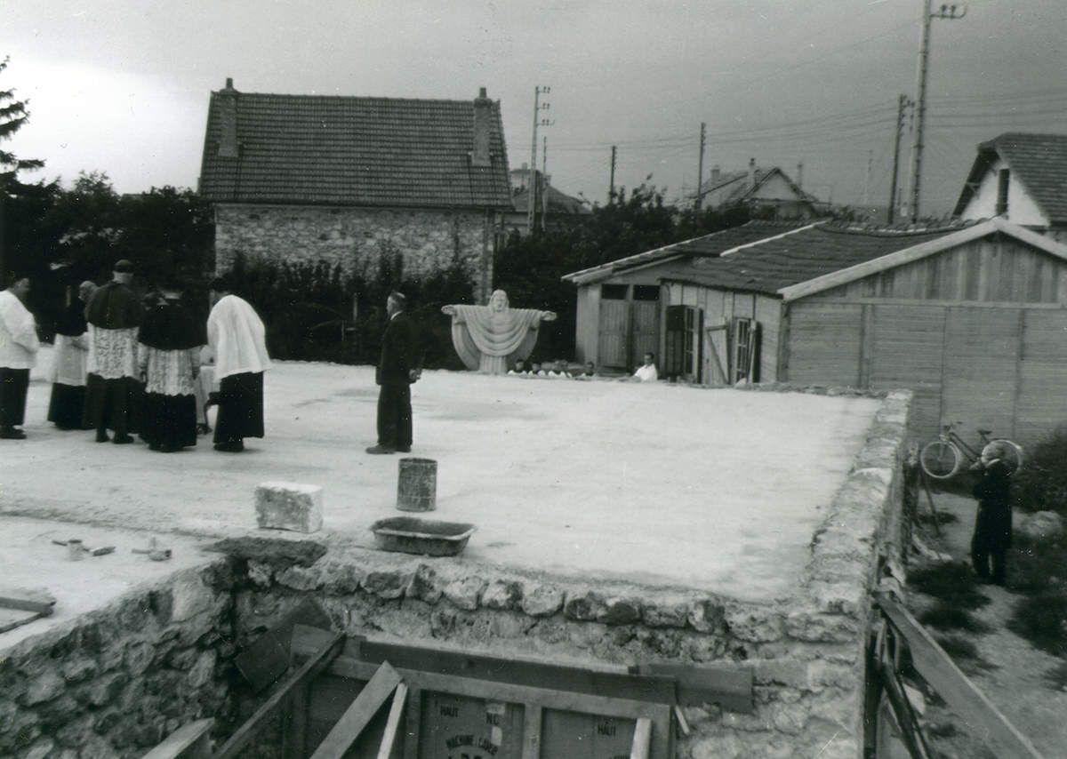A droite les deux baraques en bois installées en 1941 et 1942 où se faisait le catéchisme pour les enfants du Plateau. Au centre, la statue du Sacré-Cœur à l'emplacement où elle a été sculptée en 1950 et, au premier plan la dalle coulée en 1955 pour supporter l'église actuelle