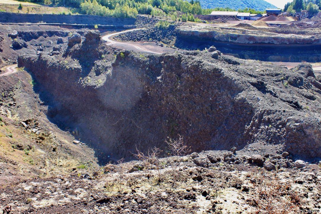 Cheminée du volcan Lemptégy 1 (crédit photo : E. Force).