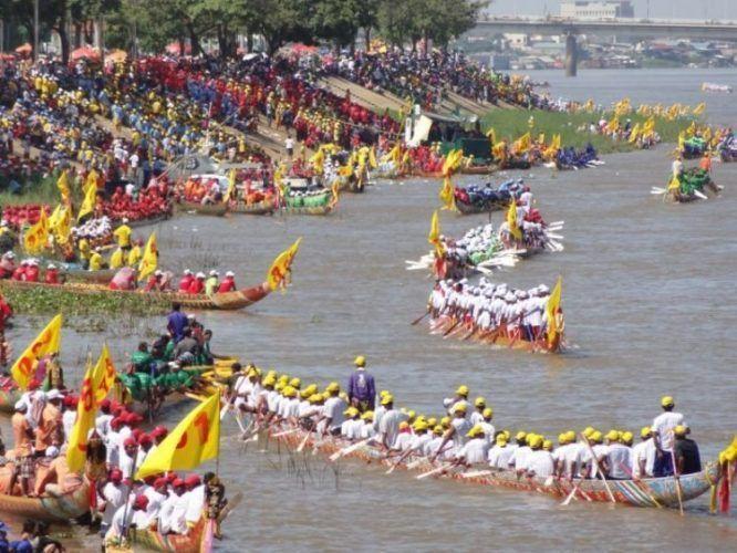 BON OM TOUK (Khmer បុណ្យអុំទូក, IPA [bon om tuːk]), la fête des bateaux pirogues ou la fête de l'eau et de la lune