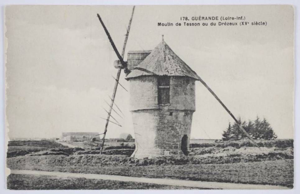 © Région Pays de la Loire_Moulin de Tesson ou du Drézeux XVe siècle. Vue d'ensemble du moulin depuis le sud.
