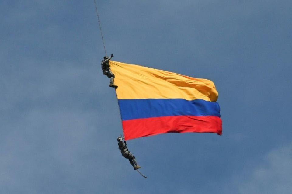 Colombie: Deux militaires morts après que la corde qui les reliait à leur hélicoptère a cédé lors d'un spectacle aérien