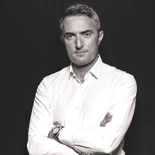 Le sénateur RN de Marseille Stéphane Ravier proteste après la publication par le quotidien La Provence d'une photo sur laquelle son visage est flouté