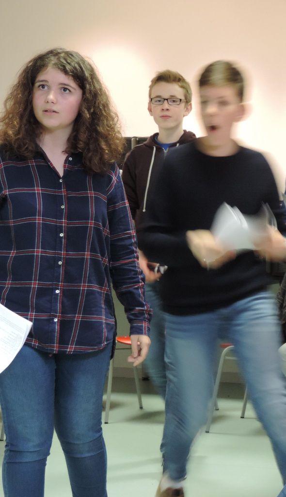 Les acteurs apprennent à synchroniser postures, paroles et mouvements