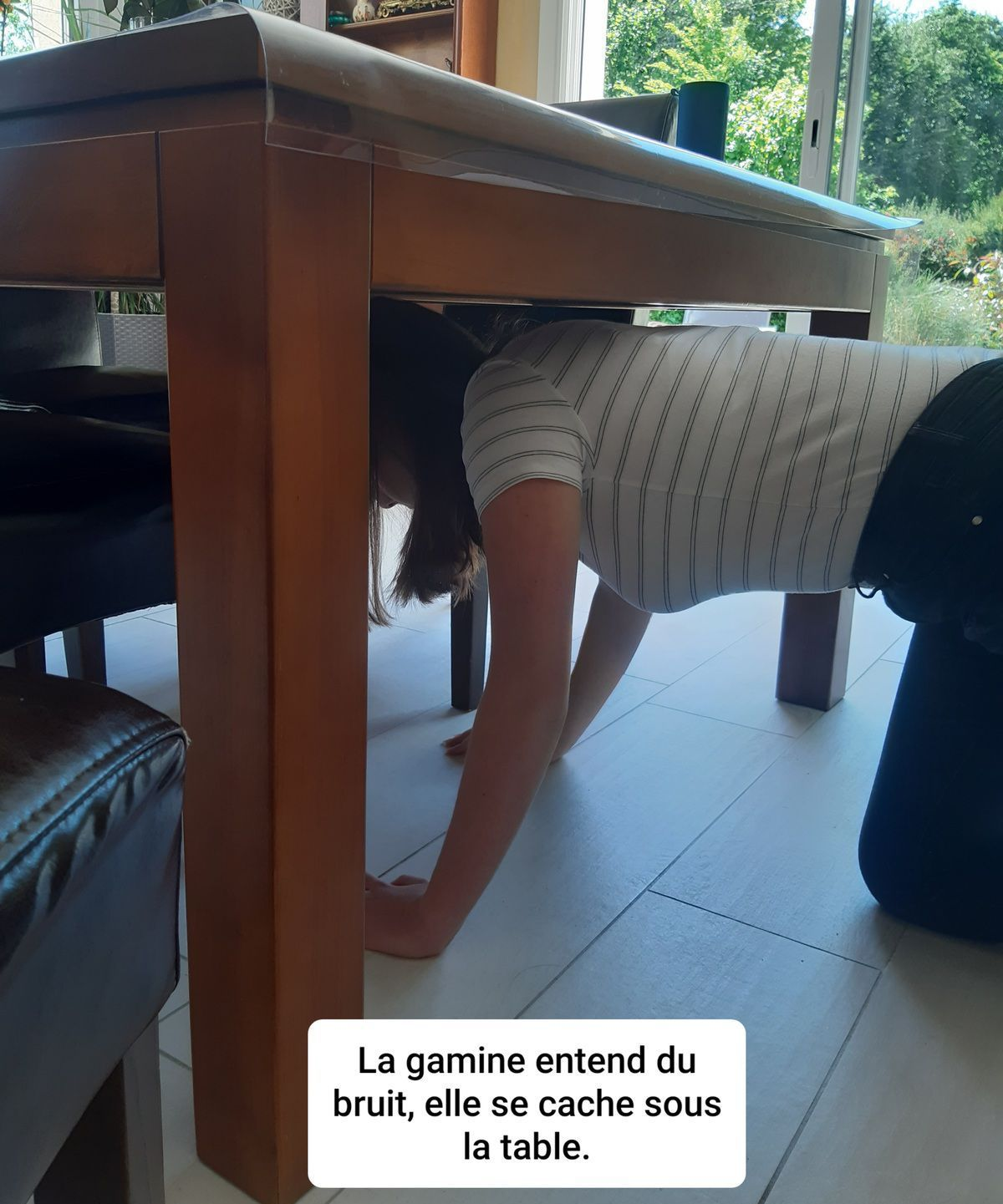 La gamine sous la table