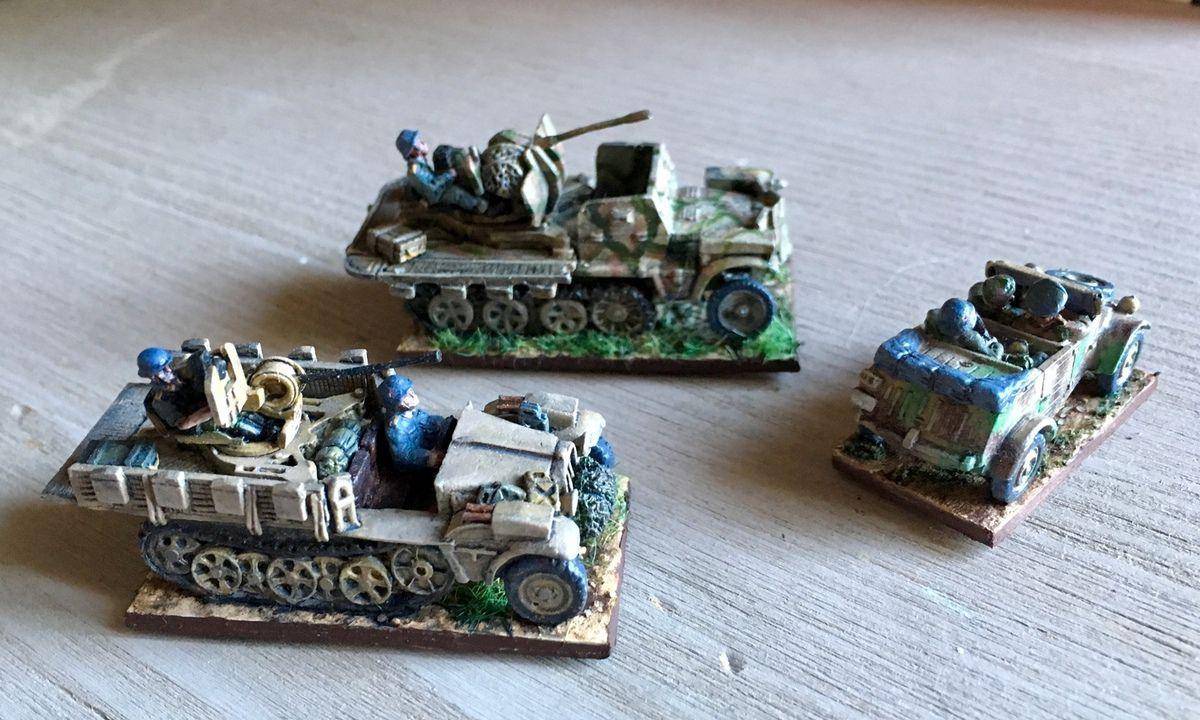 Le premier Sdkfz 10 est un Skytrex, le second (cabine blindée) est un Battlefront, la Kubelwagen quant à elle est une miniature Peter Pig.